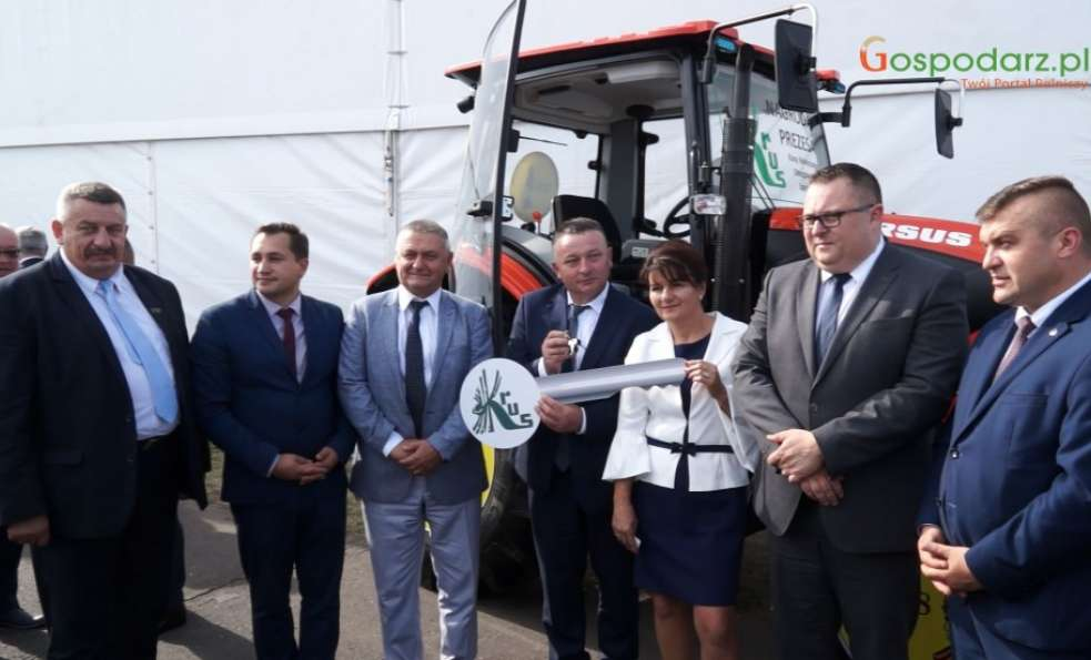 KRUS przekazał symboliczny klucz do ciągnika rolniczego